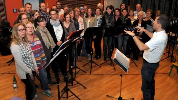 Unter Leitung von Robert Kraus probt der Erwachsenenchor der Gersthofer Sing- und Musikschule.Foto: Andreas Lode