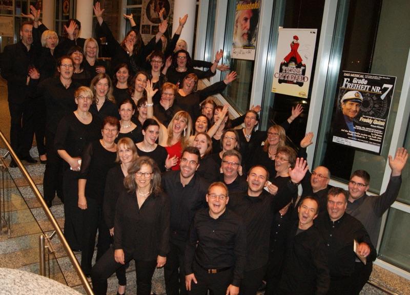 Freuten sich über ein faszinierendes Konzert: Sopranistin Deborah Sasson (Mitte) und der Erwachsenenchor der Gersthofer Sing- und Musikschule. Foto: Walter Krisch