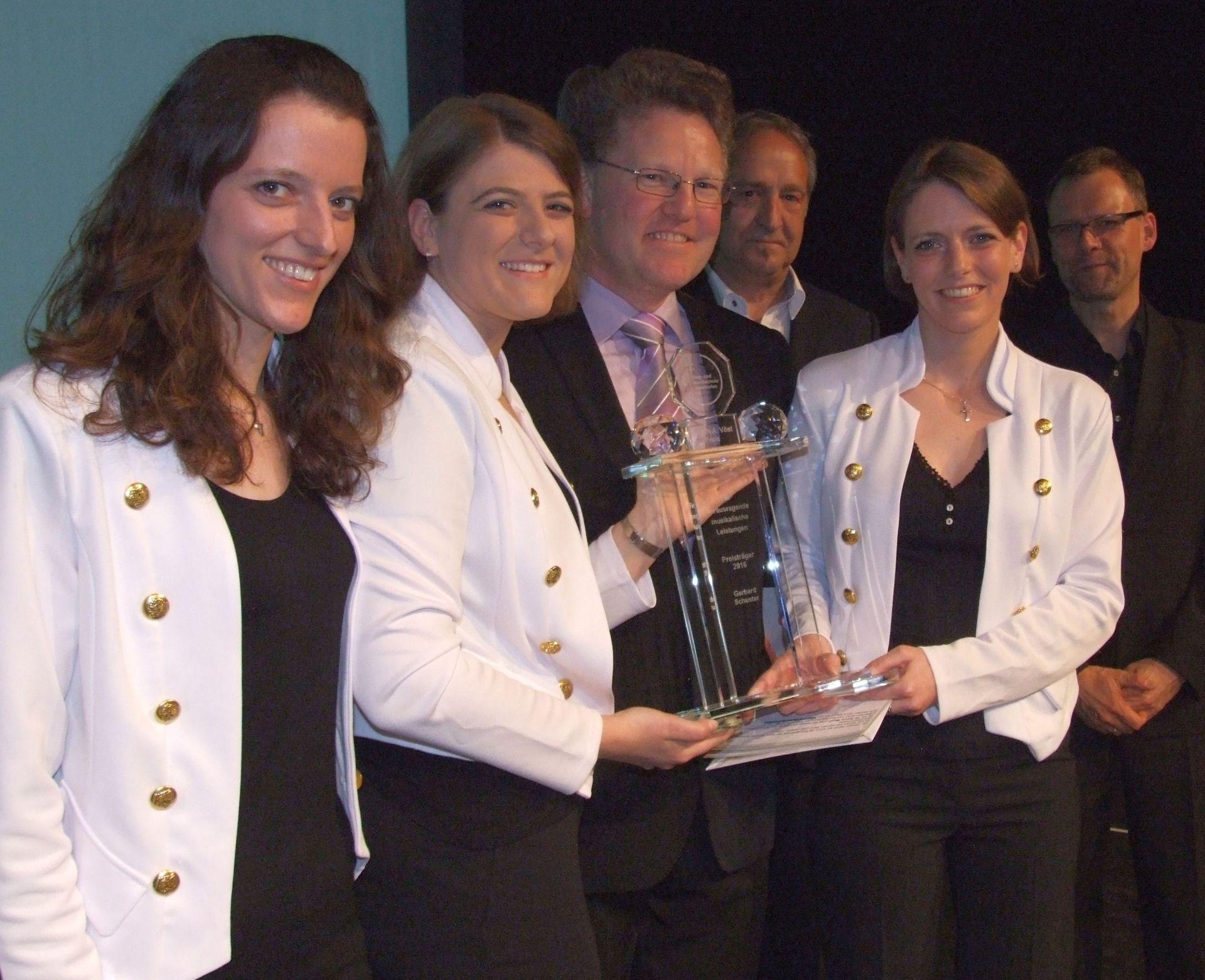 Gerhard Schuster (Vierter von rechts) wurde mit dem Joseph-Anton-Vöst-Preis ausgezeichnet. Es gratulierten (von links) die Moderatorinnen Elisabeth, Franziska und Maria Zwerger sowie Vorsitzender Armin Gaurieder und Musikschulleiter Robert Kraus.